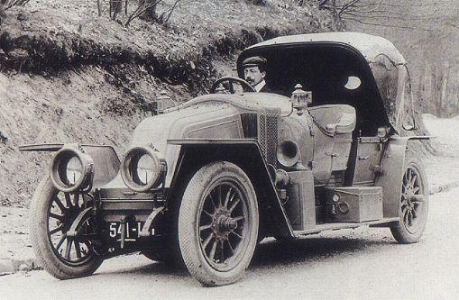 Луи Рено за рулем своего автомобиля